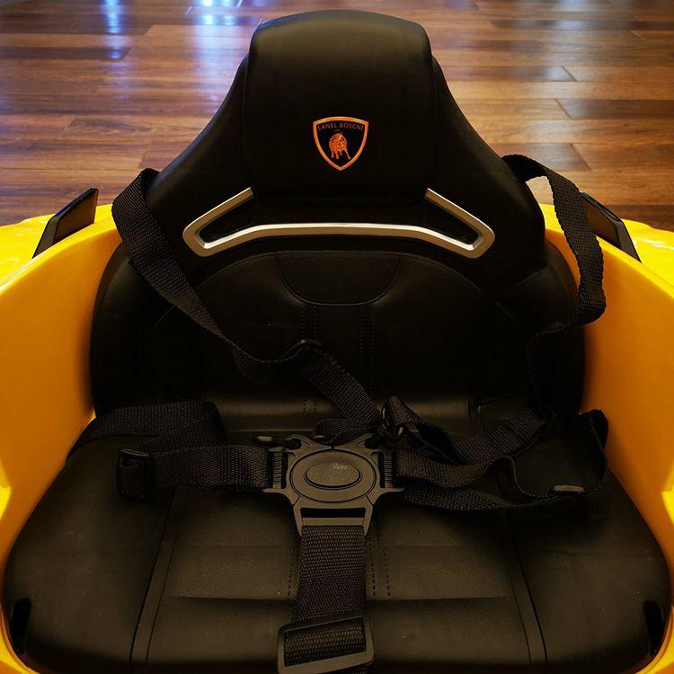 Xe ô tô điện Lamborghini Nel 603 trang bị 1 chế ngồi rộng rãi, dây dai an toàn kiểu dáng thể thao ôm sát người bé giúp giữ bé vào ghế an toàn.