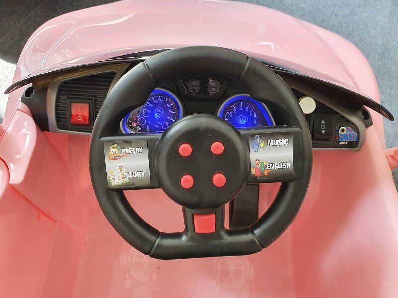Khu vực trung tâm và bảng điều khiển trên xe ô tô điện cho bé FEY 5189