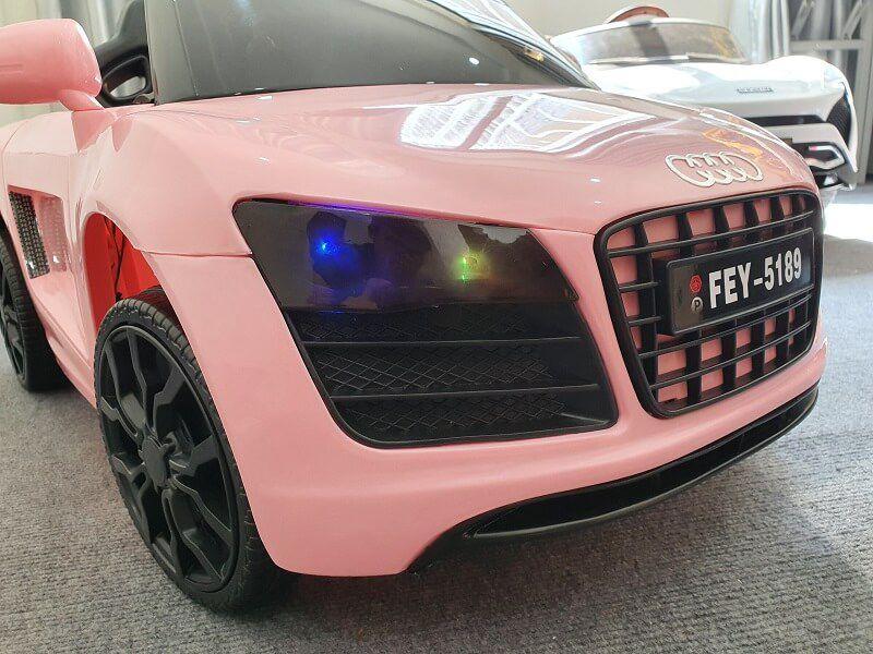 Xe ô tô điện trẻ em FEY 5189 có cụm đèn trước to nhiều màu sắc bắt mắt.