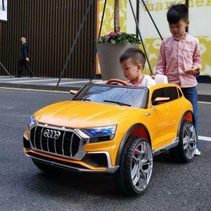 Xe ô tô điện trẻ em giúp bé vui chơi tránh xa điện thoại máy tính và tivi an toàn cho bé.