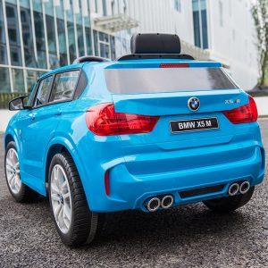 Xe ô tô điện trẻ em BMW X5M 6661R có thiết kế ngoại thất mạnh mẽ sắc xảo giống như mẫu xe thật.