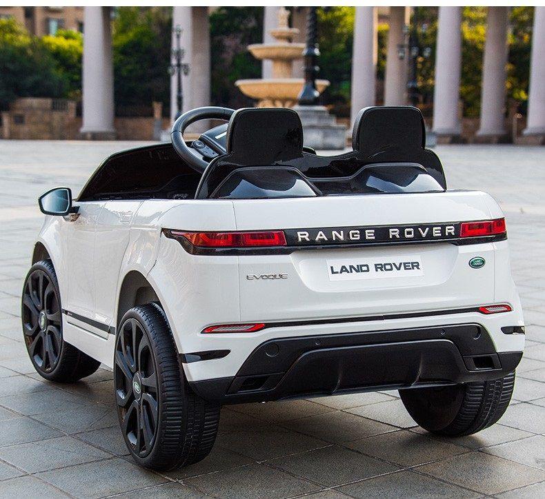 Đuôi xe ô tô điện Land Rover evoque màu trắng