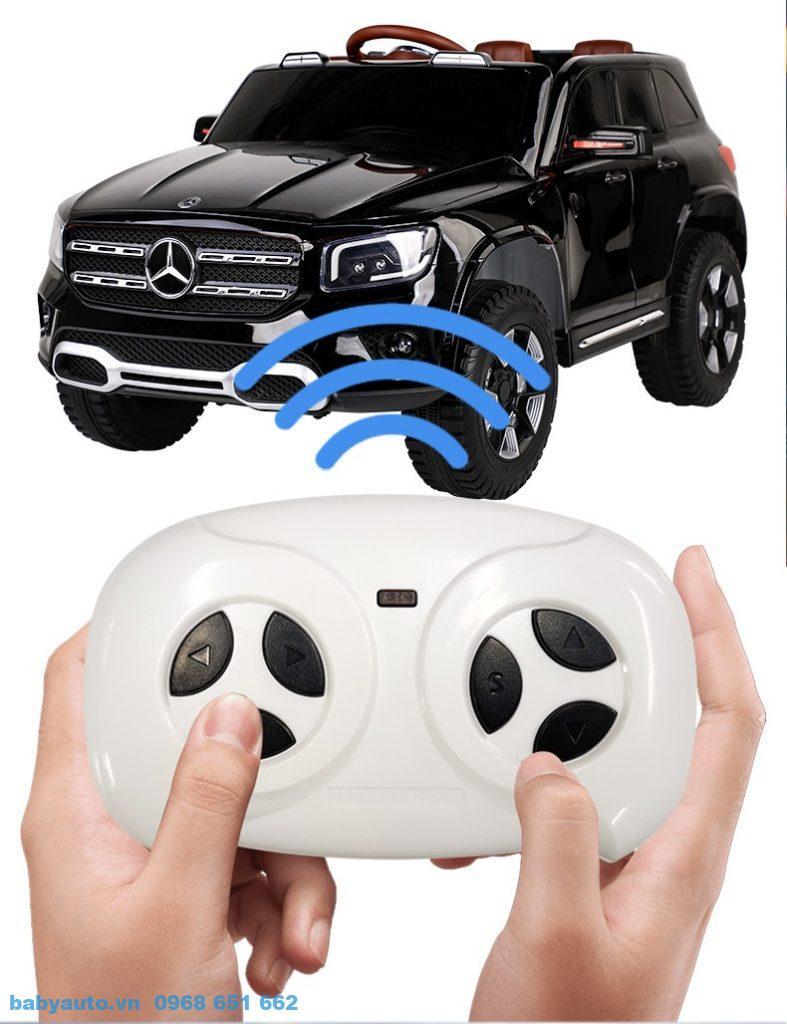Ba mẹ có thể điều khiển xe từ xa với khoảng cách tối đa là 20m bằng remote cầm tay